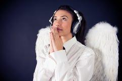 Καθαρός άγγελος που ακούει τη μουσική στοκ φωτογραφία με δικαίωμα ελεύθερης χρήσης