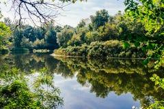 Καθαρός ήρεμος ποταμός Αντανάκλαση του ουρανού στο νερό στοκ φωτογραφία με δικαίωμα ελεύθερης χρήσης