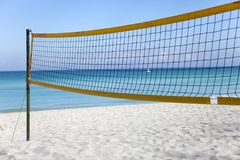 Καθαρός για την πετοσφαίριση παραλιών σε μια κενή παραλία Κούβα, Varadero στοκ φωτογραφίες