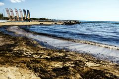 Καθαρός επάνω διαρροών πετρελαίου στον κόλπο Kosmas επιβαρύνσεων, Αθήνα, Ελλάδα, στις 14 Σεπτεμβρίου 2017 Στοκ εικόνες με δικαίωμα ελεύθερης χρήσης