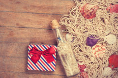 Καθαρός, δώρο και κοχύλια με το μπουκάλι στοκ εικόνες με δικαίωμα ελεύθερης χρήσης