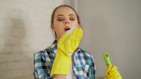 Καθαρότητα, υγιεινή, οικιακές μικροδουλειές, δασμοί και εσωτερική έννοια εργασίας - όμορφος ξανθός φυσώντας αφρός κοριτσιών από απόθεμα βίντεο