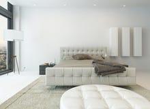 Καθαρό άσπρο εσωτερικό κρεβατοκάμαρων με το τεράστιο κρεβάτι Στοκ Εικόνες