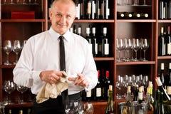 Καθαρό γυαλί σερβιτόρων ράβδων κρασιού στο εστιατόριο Στοκ φωτογραφία με δικαίωμα ελεύθερης χρήσης