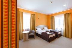 Καθαρό εσωτερικό του δωματίου ξενοδοχείου με το κρεβάτι Στοκ Εικόνα