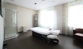 Καθαρό ευρωπαϊκό δωμάτιο μασάζ Στοκ φωτογραφία με δικαίωμα ελεύθερης χρήσης