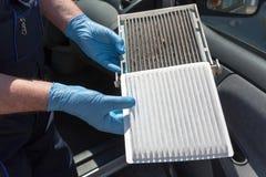 Καθαρό και βρώμικο φίλτρο αέρα γύρης καμπινών για ένα αυτοκίνητο στοκ φωτογραφία με δικαίωμα ελεύθερης χρήσης