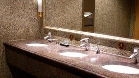 Καθαρό νέο δημόσιο δωμάτιο τουαλετών απόθεμα βίντεο