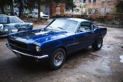 Καθαρό παλαιό μπλε αυτοκίνητο σε υπαίθριο Στοκ Εικόνα