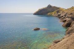 Καθαρό, σαφές νερό στο ακρωτήριο βουνών, μέσω του οποίου οι πέτρες είναι ορατές στο κατώτατο σημείο της θάλασσας Στοκ φωτογραφία με δικαίωμα ελεύθερης χρήσης