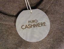 Καθαρό σημάδι κασμιριού στο ελαφρύ πουλόβερ χρώματος σοκολάτας Στοκ Εικόνα