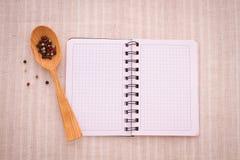 Καθαρό σημειωματάριο για τις επιλογές καταγραφής, συνταγή στο κόκκινο ελεγμένο ταρτάν τραπεζομάντιλων Στοκ εικόνες με δικαίωμα ελεύθερης χρήσης