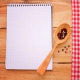 Καθαρό σημειωματάριο για τις επιλογές καταγραφής, συνταγή στο κόκκινο ελεγμένο ταρτάν τραπεζομάντιλων Στοκ φωτογραφίες με δικαίωμα ελεύθερης χρήσης