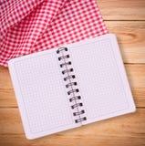 Καθαρό σημειωματάριο για τις επιλογές καταγραφής, συνταγή στο κόκκινο ελεγμένο ταρτάν τραπεζομάντιλων Στοκ Εικόνα