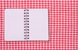 Καθαρό σημειωματάριο για τις επιλογές καταγραφής, συνταγή στο κόκκινο ελεγμένο ταρτάν τραπεζομάντιλων Στοκ φωτογραφία με δικαίωμα ελεύθερης χρήσης