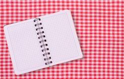 Καθαρό σημειωματάριο για τις επιλογές καταγραφής, συνταγή στο κόκκινο ελεγμένο ταρτάν τραπεζομάντιλων Στοκ Φωτογραφίες