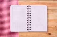 Καθαρό σημειωματάριο για τις επιλογές καταγραφής, συνταγή στο κόκκινο ελεγμένο ταρτάν τραπεζομάντιλων Στοκ εικόνα με δικαίωμα ελεύθερης χρήσης