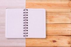 Καθαρό σημειωματάριο για τις επιλογές καταγραφής, συνταγή στο κόκκινο ελεγμένο ταρτάν τραπεζομάντιλων Στοκ Φωτογραφία