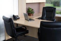 καθαρό στενό γραφείο επάνω Στοκ εικόνες με δικαίωμα ελεύθερης χρήσης