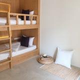 Καθαρό δωμάτιο ξενώνων με τα ξύλινα κρεβάτια κουκετών Στοκ Εικόνα
