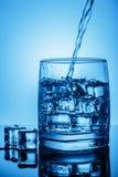 καθαρό ύδωρ πάγου Από το φρέσκο πόσιμο νερό Ρεύμα στο γυαλί Στοκ Εικόνα