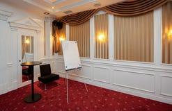 Καθαρό flipchart στη αίθουσα συνδιαλέξεων πολυτέλειας Στοκ εικόνα με δικαίωμα ελεύθερης χρήσης