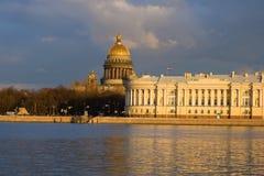 Καθεδρικός ναός Αγίου Isaacs και το Συνταγματικό Δικαστήριο που στηρίζεται σε ένα βράδυ θόλος Isaac Πετρούπολη Ρωσία s Άγιος ST κ στοκ εικόνα με δικαίωμα ελεύθερης χρήσης