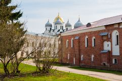 Καθεδρικός ναός Αγίου Sophia και παλάτι Αρχιεπισκόπου ` s, το παλάτι του μουσείου απόψεων στο πρώτο πλάνο σε Veliky Novgorod, Ρωσ Στοκ Εικόνες