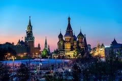 Καθεδρικός ναός βασιλικού ` s Αγίου στην κόκκινη πλατεία και Κρεμλίνο από νέο Zarya Στοκ εικόνα με δικαίωμα ελεύθερης χρήσης