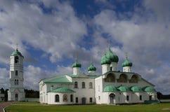 Καθεδρικός ναός μεταμόρφωσης και ο κουδούνι-πύργος της περιοχής της Ρωσίας του Λένινγκραντ μοναστηριών Αλέξανδρος-Svirsky στοκ φωτογραφία με δικαίωμα ελεύθερης χρήσης