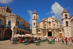 Καθεδρικός ναός της Αβάνας Plaza de Λα Catedral με πολλούς πίνακες και καρέκλες εστιατορίων για τους επισκέπτες στο υπόλοιπο Στοκ Φωτογραφία