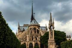 Καθεδρικός ναός της Παναγίας των Παρισίων κάτω από το νεφελώδη ουρανό στοκ φωτογραφία
