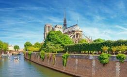 Καθεδρικός ναός της Notre Dame στο Παρίσι από την κοντινή γέφυρα Στοκ φωτογραφία με δικαίωμα ελεύθερης χρήσης