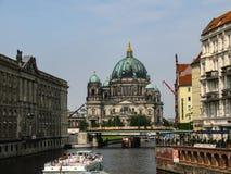 Καθεδρικός ναός του Βερολίνου, από το Βερολίνο DOM πέρα από τον ποταμό ξεφαντωμάτων στο Βερολίνο, Γερμανία στοκ φωτογραφίες