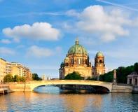Καθεδρικός ναός του Βερολίνου πέρα από τον ποταμό ξεφαντωμάτων, εικόνα πανοράματος στοκ εικόνες με δικαίωμα ελεύθερης χρήσης