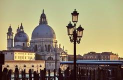 Καθεδρικός ναός του λαμπτήρα οδών χαιρετισμού della της Σάντα Μαρία στο ανάχωμα στο ηλιοβασίλεμα Ιταλία της Βενετίας Στοκ Φωτογραφίες
