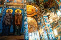 Καθεδρικός ναός του Savior μας στο αίμα - εσωτερικό του ορόσημου της Αγία Πετρούπολης Μωσαϊκά στις στήλες και τους τοίχους στοκ εικόνα