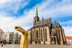 Καθεδρικός ναός του ST Bartholomew ` s στο κύριο τετράγωνο Plzen με μια πηγή στο πρώτο πλάνο ενάντια στο μπλε ουρανό και την ηλιό Στοκ Εικόνα