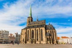 Καθεδρικός ναός του ST Bartholomew ` s στο κύριο τετράγωνο Plzen με το μπλε ουρανό και σύννεφα στην ηλιόλουστη ημέρα Δημοκρατία τ Στοκ Εικόνες