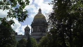 Καθεδρικός ναός του ST Isaac κάτω από το μπλε ουρανό στο τετράγωνο του ST Isaac το καλοκαίρι απόθεμα βίντεο