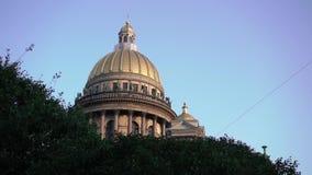 Καθεδρικός ναός του ST Isaac ` s κάτω από το μπλε ουρανό στο τετράγωνο του ST Isaac ` s στα ξημερώματα απόθεμα βίντεο