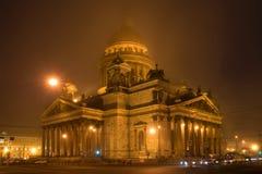 Καθεδρικός ναός του ST Isaac ` s στην ομίχλη Μαρτίου nght Πετρούπολη Άγιος Στοκ Εικόνες