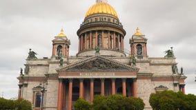 Καθεδρικός ναός του ST Isaac ` s στο υπόβαθρο ενός νεφελώδους ουρανού Αγία Πετρούπολη απόθεμα βίντεο