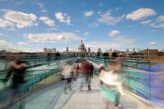 Καθεδρικός ναός του ST Paul και γέφυρα για πεζούς χιλιετίας του Λονδίνου, UK Στοκ φωτογραφίες με δικαίωμα ελεύθερης χρήσης