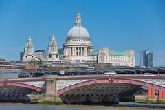 Καθεδρικός ναός του ST Paul και γέφυρα χιλιετίας Λονδίνο UK Στοκ Εικόνα
