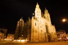 Καθεδρικός ναός του ST Stephen στο τετράγωνο νύχτας Αυστρία Βιέννη Στοκ Φωτογραφίες