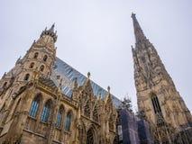 Καθεδρικός ναός του ST Stephen ` s στη Βιέννη, Αυστρία σε έναν όμορφο άσπρο ουρανό υποβάθρου Στοκ εικόνα με δικαίωμα ελεύθερης χρήσης