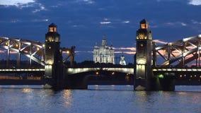 Καθεδρικός ναός Smolny και γέφυρα Bolsheokhtinsky, άσπρη νύχτα Πετρούπολη Άγιος απόθεμα βίντεο