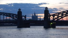 Καθεδρικός ναός Smolny στην ευθυγράμμιση της γέφυρας του Peter ο μεγάλος αργά το βράδυ γέφυρα okhtinsky Πετρούπολη Ρωσία Άγιος φιλμ μικρού μήκους
