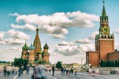 Καθεδρικός ναός βασιλικού ` s Αγίου και πύργος Spasskaya στην κόκκινη πλατεία, Μόσχα Στοκ εικόνα με δικαίωμα ελεύθερης χρήσης